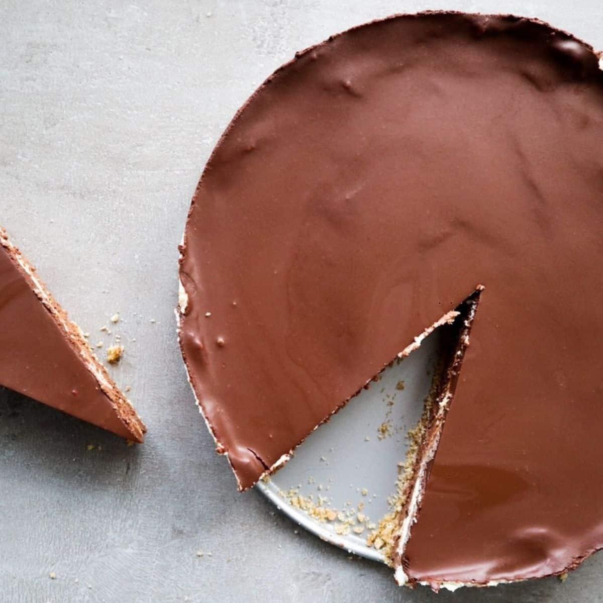 chocolade cheesecake op een schaal