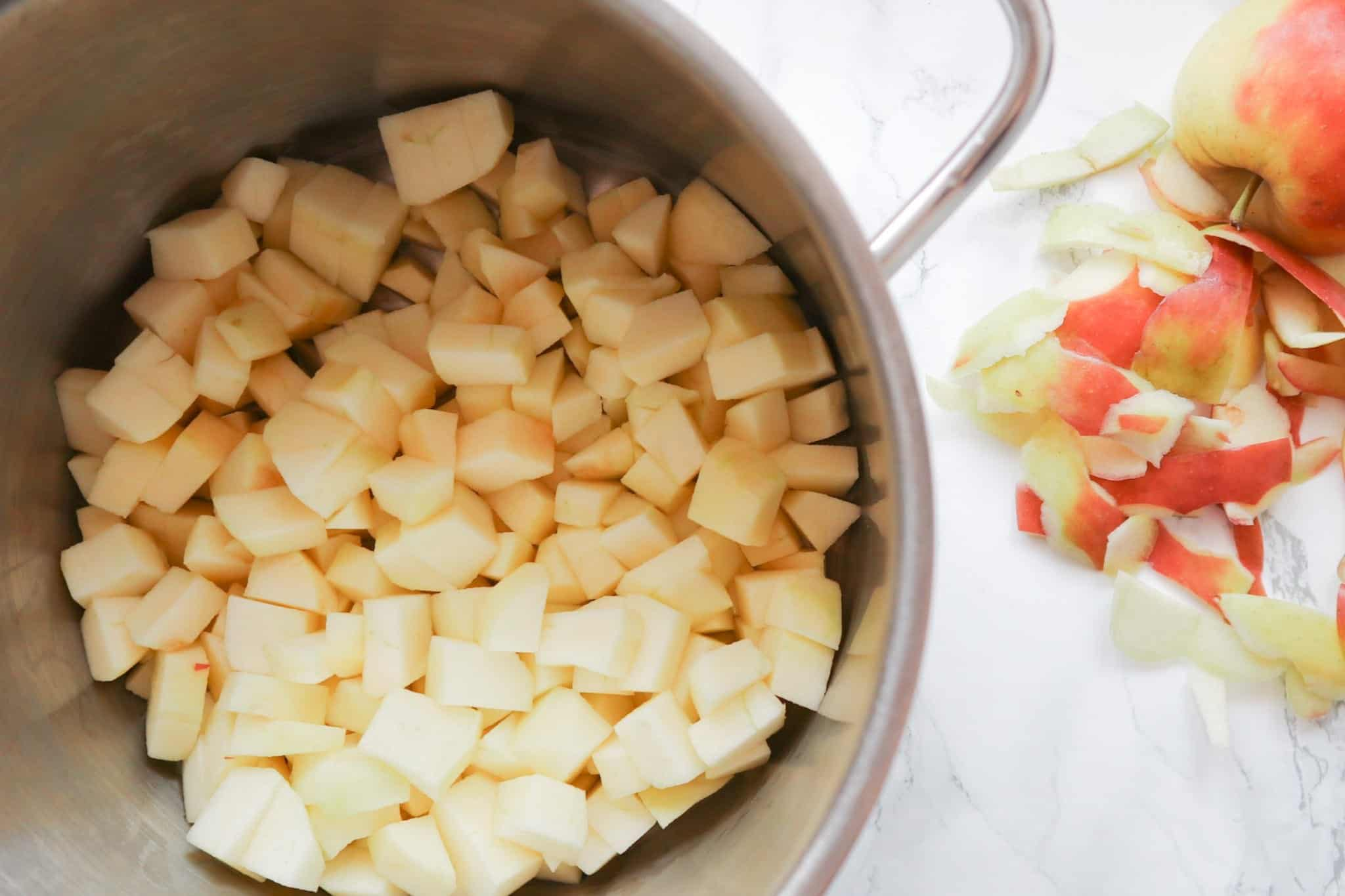 Appelblokjes in een pan