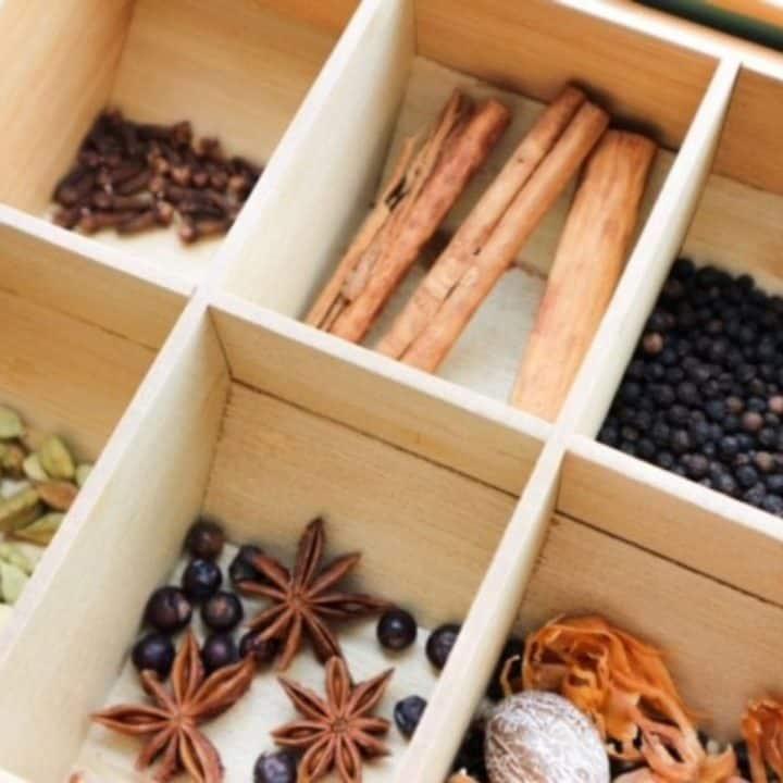 Speculaaskruiden in een houten doosje met vakken
