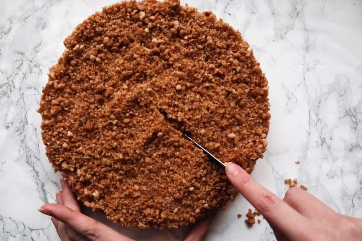 Aansnijden van de no bake appeltaart
