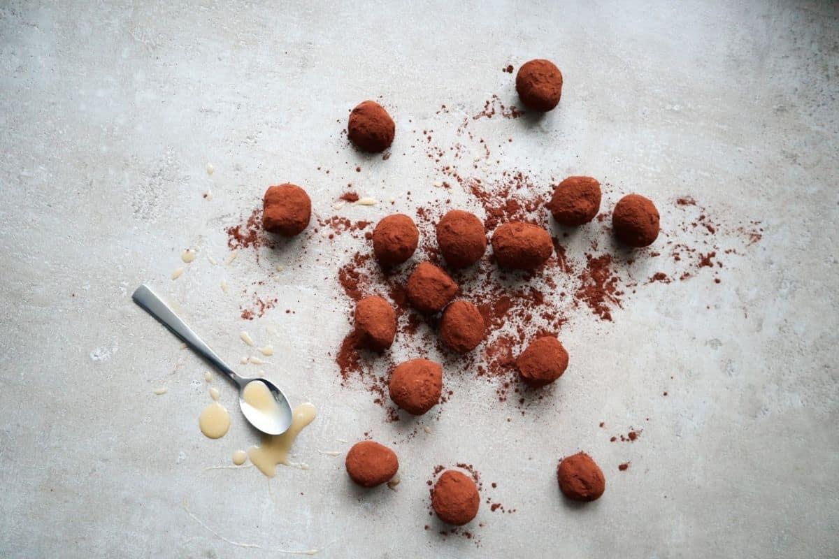 Chocolade karamel truffels op een grijze achtergrond