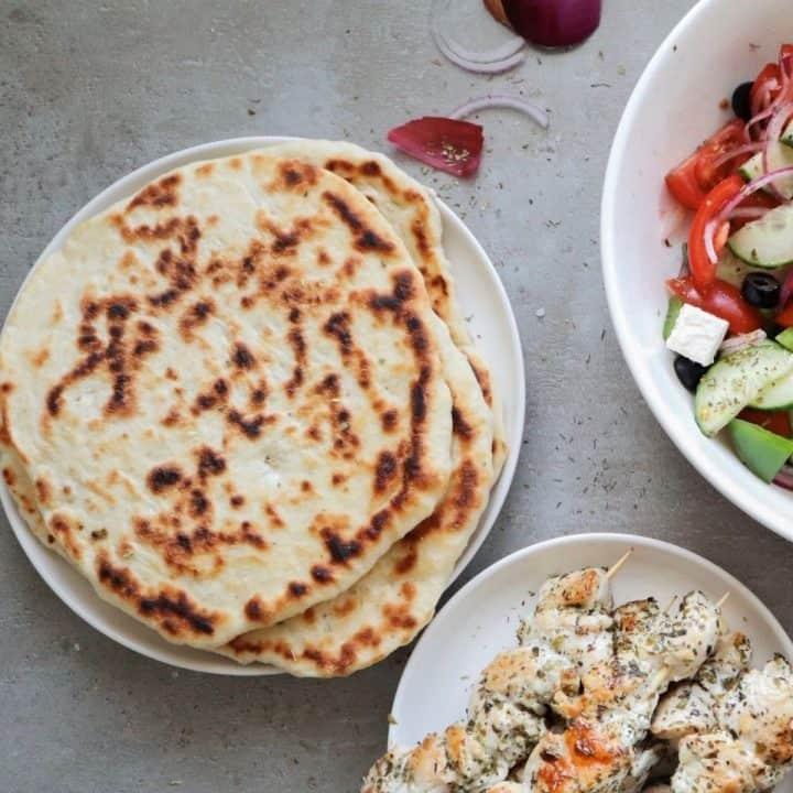 Griekse pitabroodjes met een salade en souvlaki