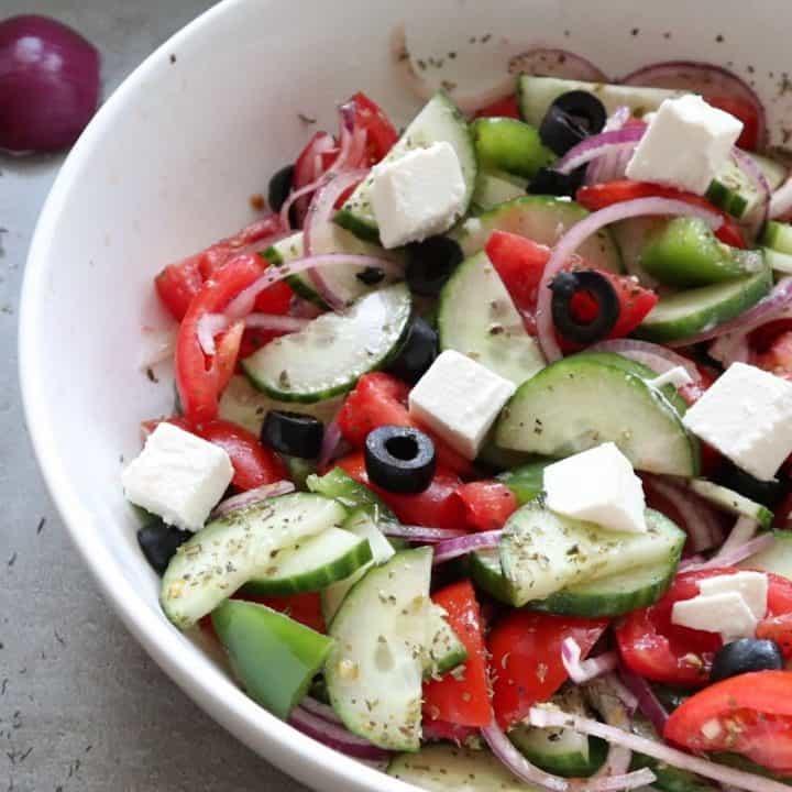 Griekse salade in een witte schaal horiatiki