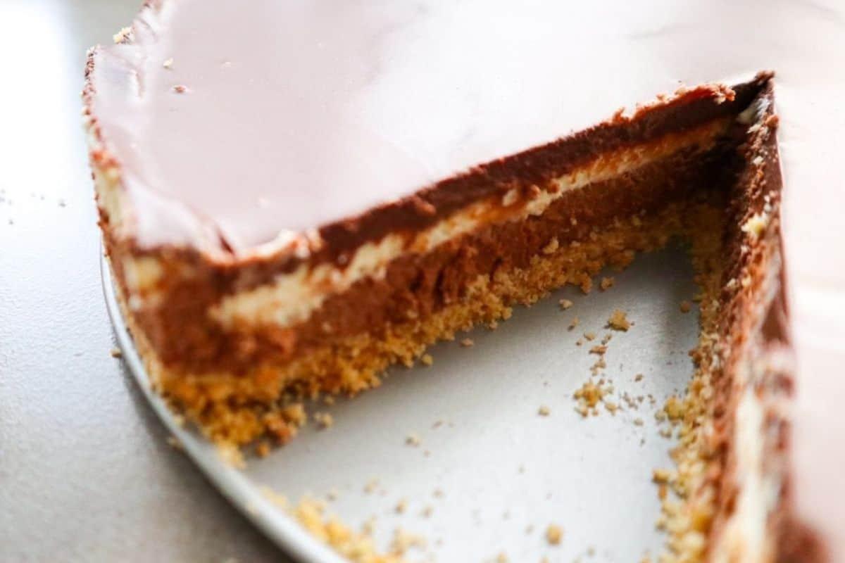 de binnenkant van een chocolade cheesecake met drie soorten chocolade