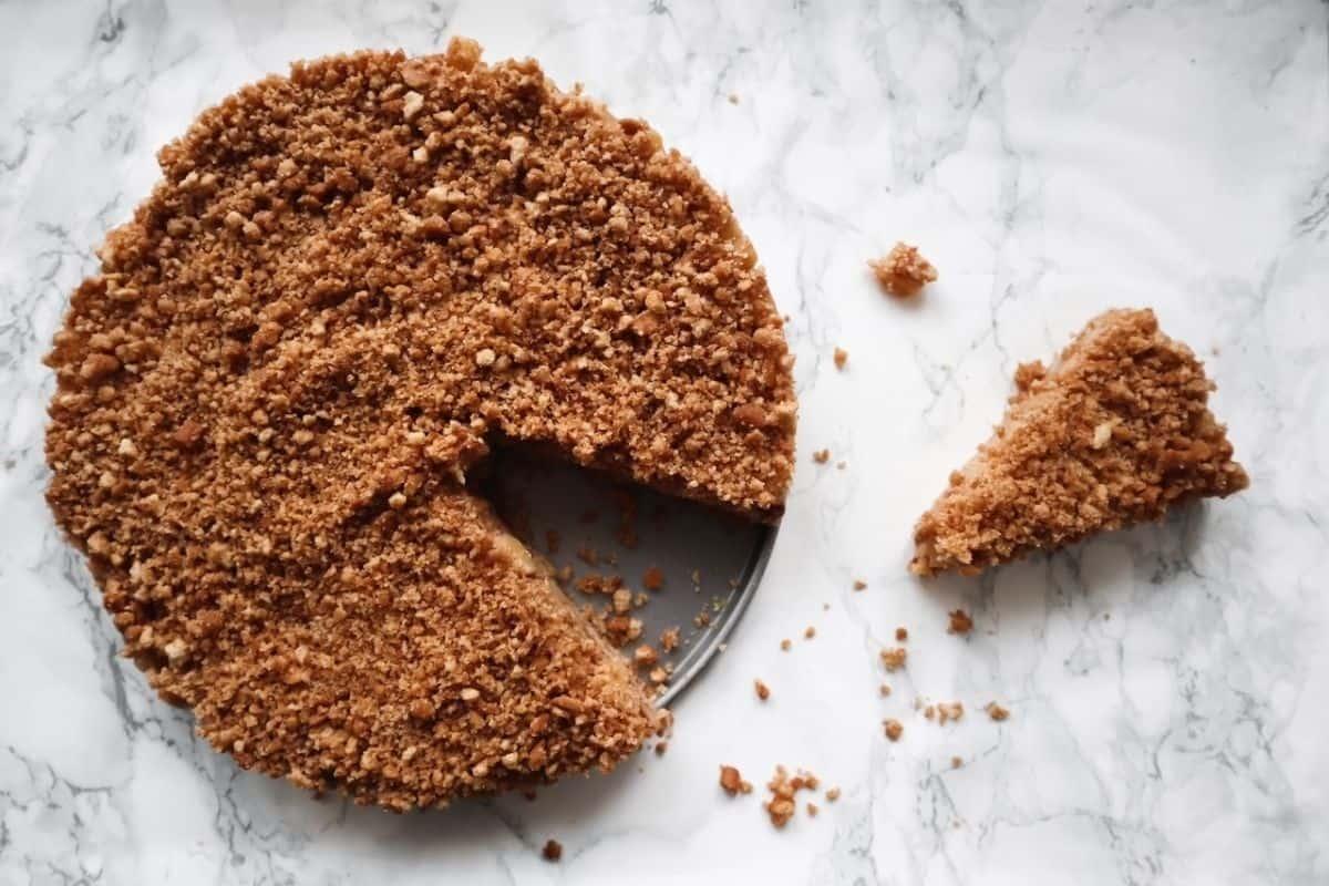 No bake appeltaart met een taartpunt op marmer