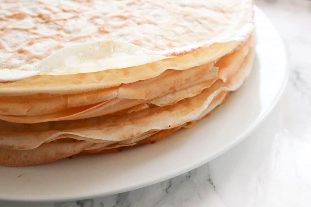 Een stapel pannenkoeken op een wit bord