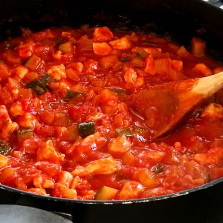 Spaghettisaus met kip en groente in een pan