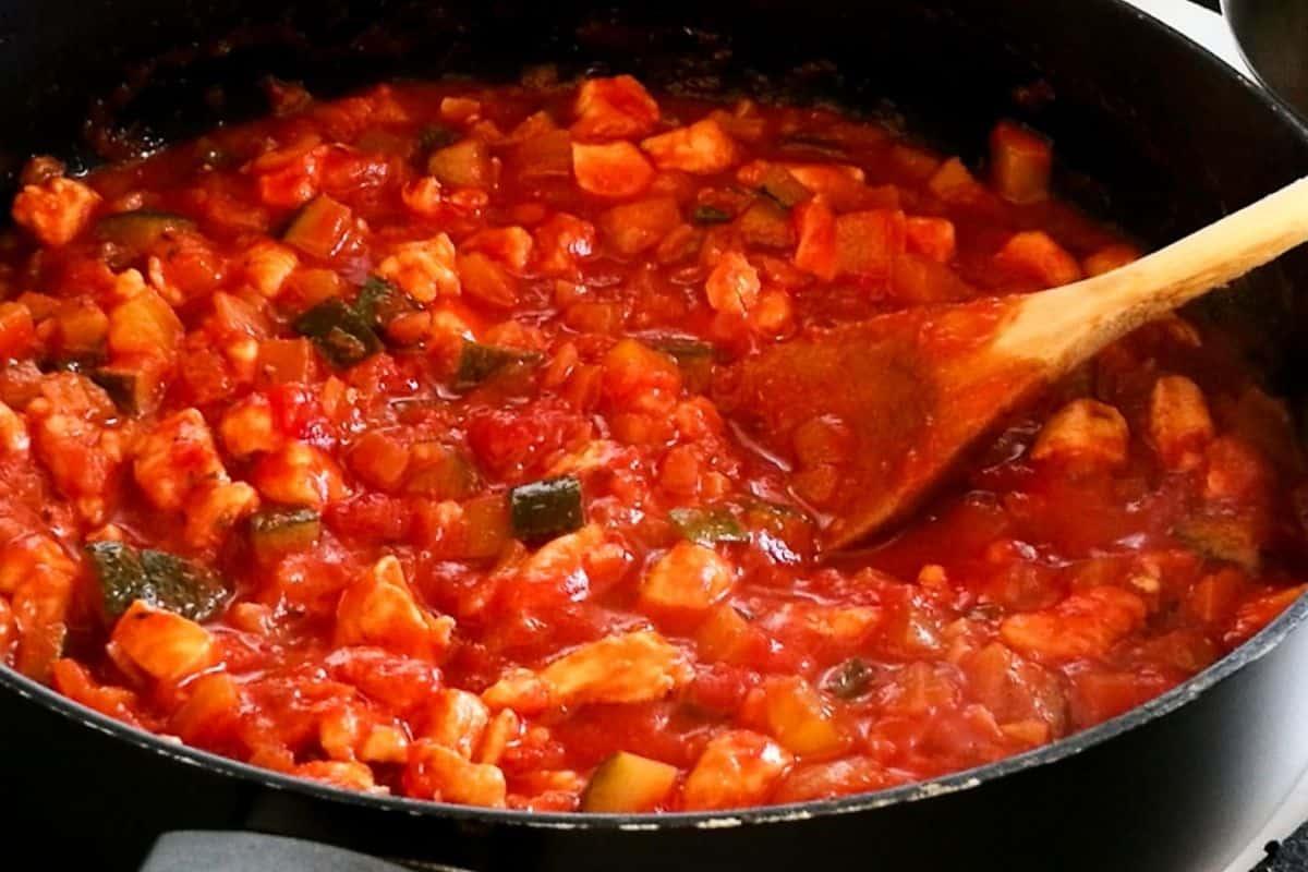 Spaghettisaus met kip in een pan