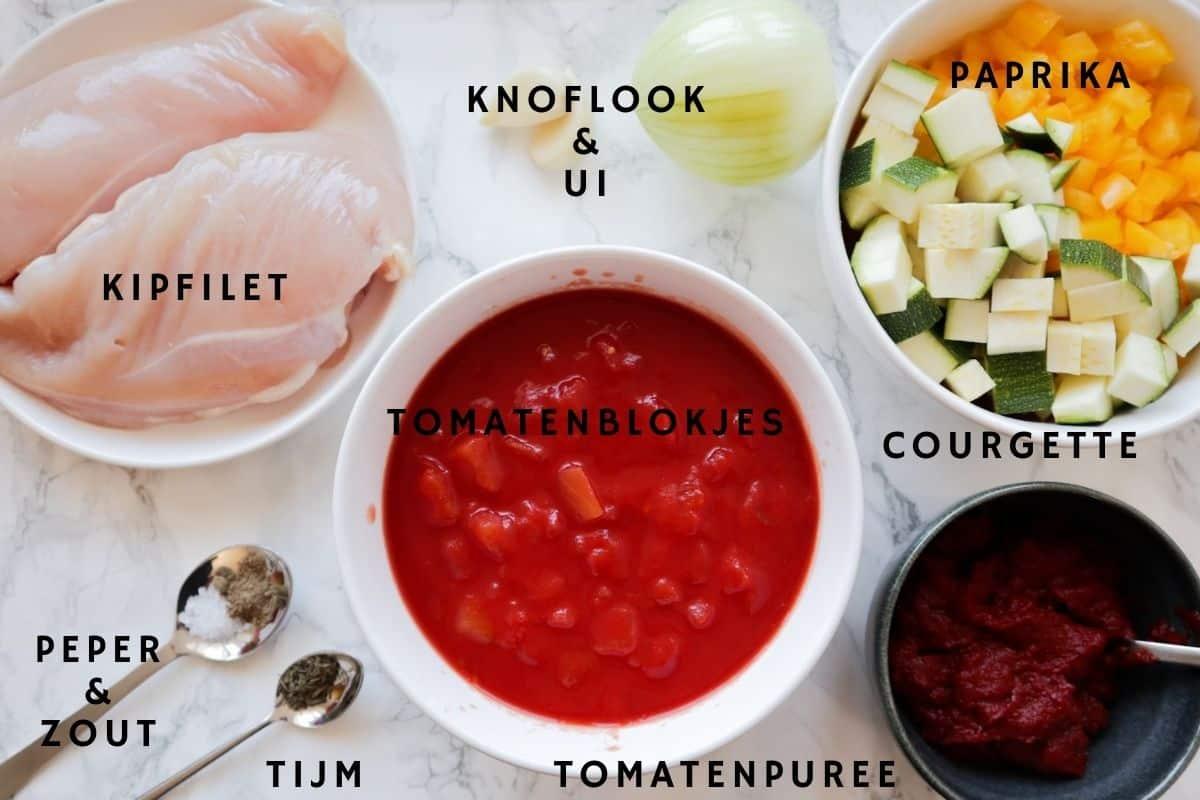 Ingrediënten voor spaghettisaus op marmer